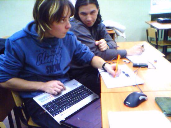 Студенты с ноутбуками-3