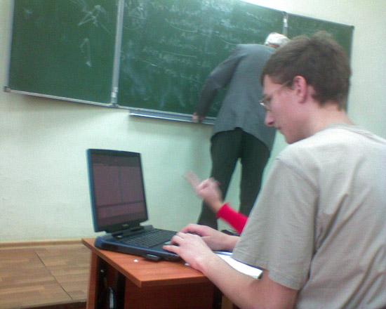 Студенты с ноутбуками-4