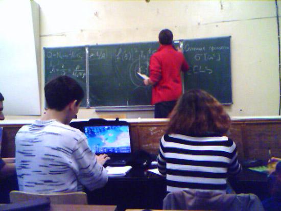 Студенты с ноутбуками-5